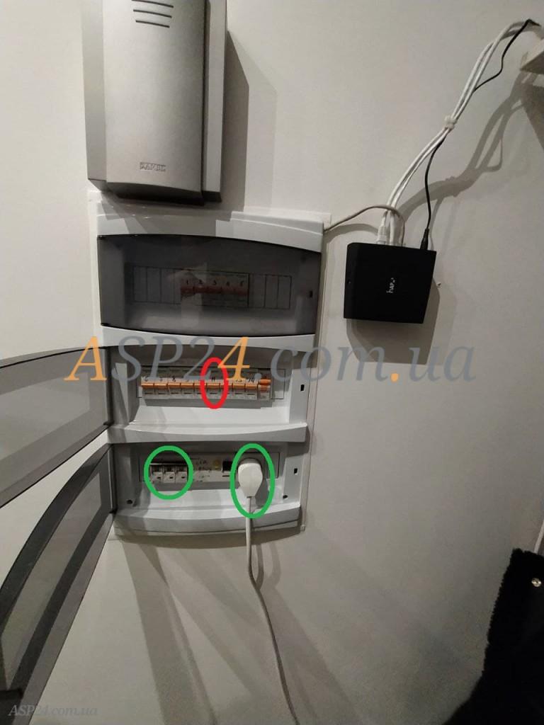 Красным обозначен автомат на комнату, зелёным блок автоматов отвечающих за розетку возле роутера